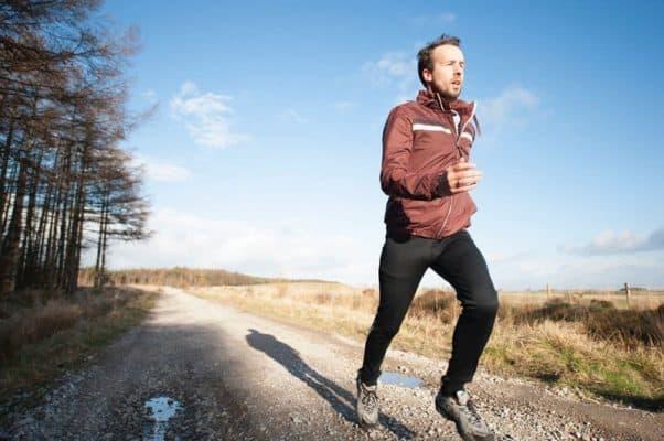 MIND-FAVOUR-Nahrungsergänzungsmittel-Der-ultimative-Fatburner-Guide-Tipps-zur-Verringerung-des-Körperfettanteils-Fet-verbrennen-schnell-abnehmen-vegan Mann joggt